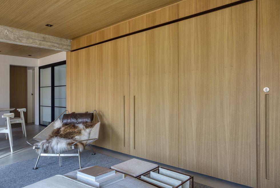 luxe appartement houten maatkast