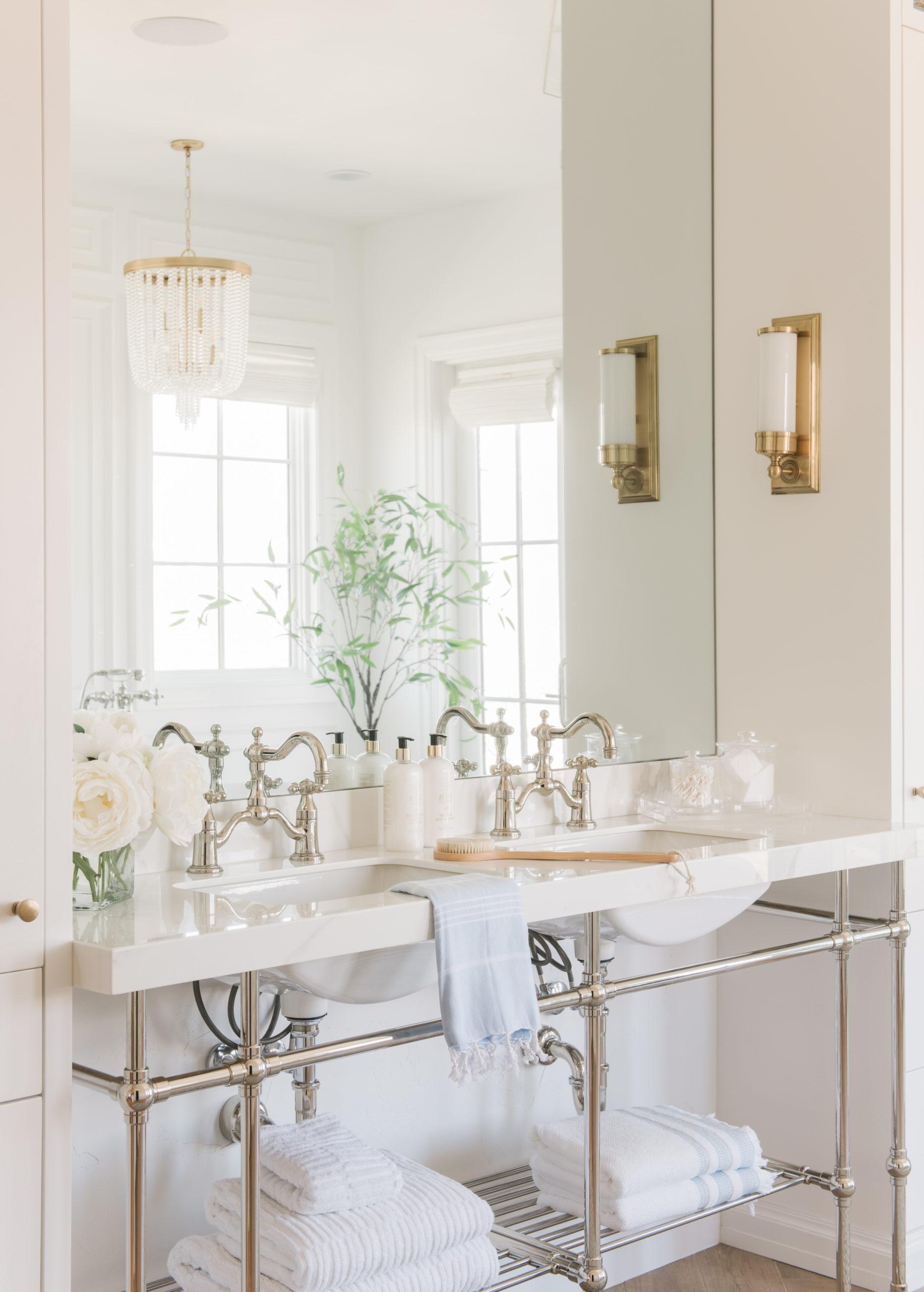 luxe badkamer gouden wandlampen boven wastafels