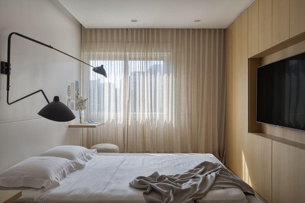 luxe slaapkamer houten wand tv