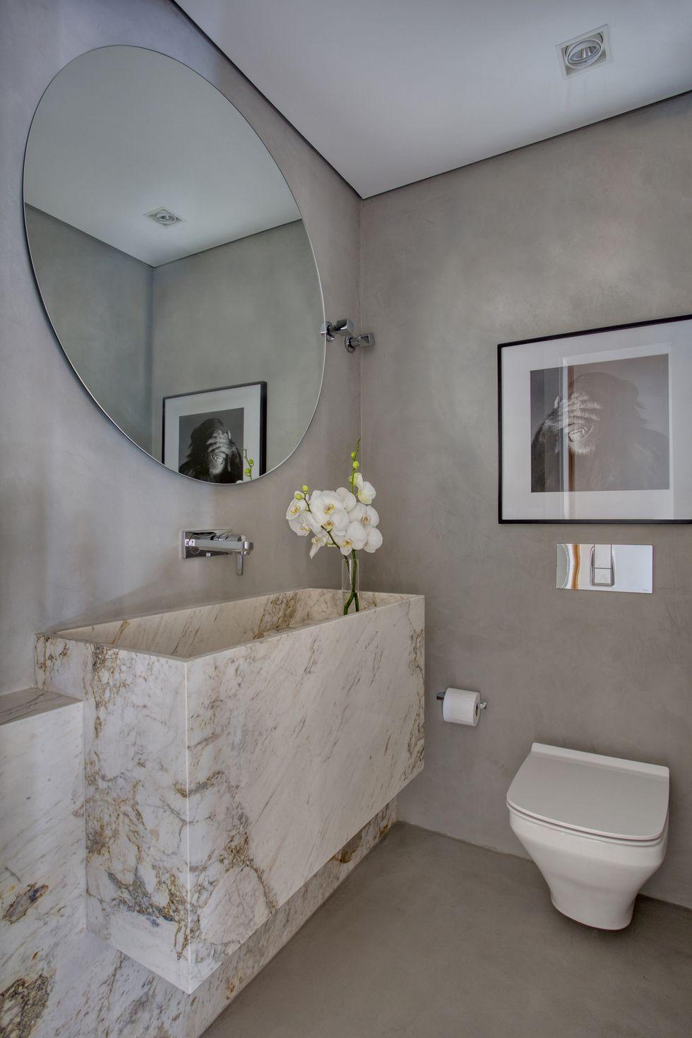 luxe toilet betonstuc muren marmeren fonteintje