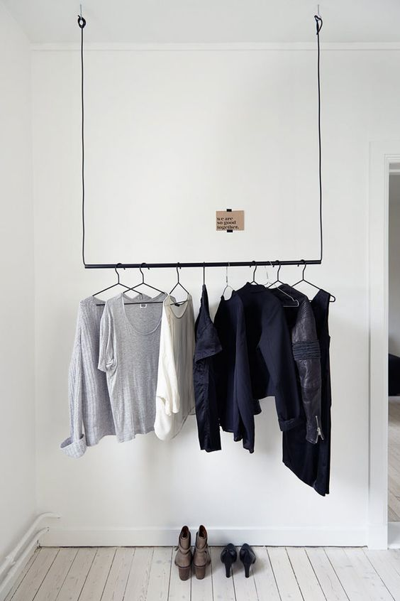 Minimalistische kledingrek plafond slaapkamer