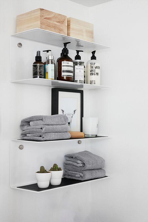 Minimalistische witte planken badkamer