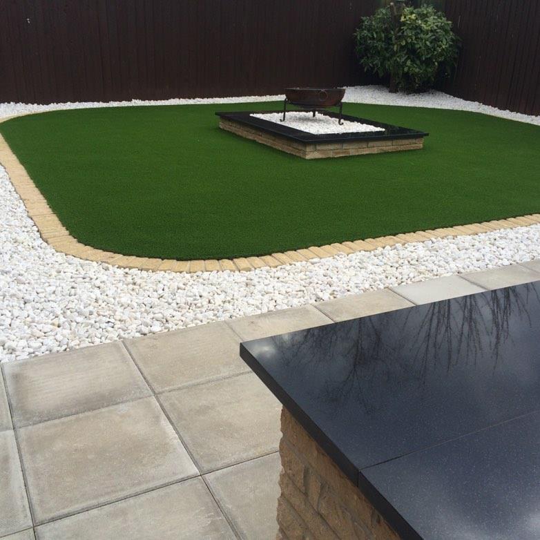 Moderne tuin met kunstgras, tegels en grind