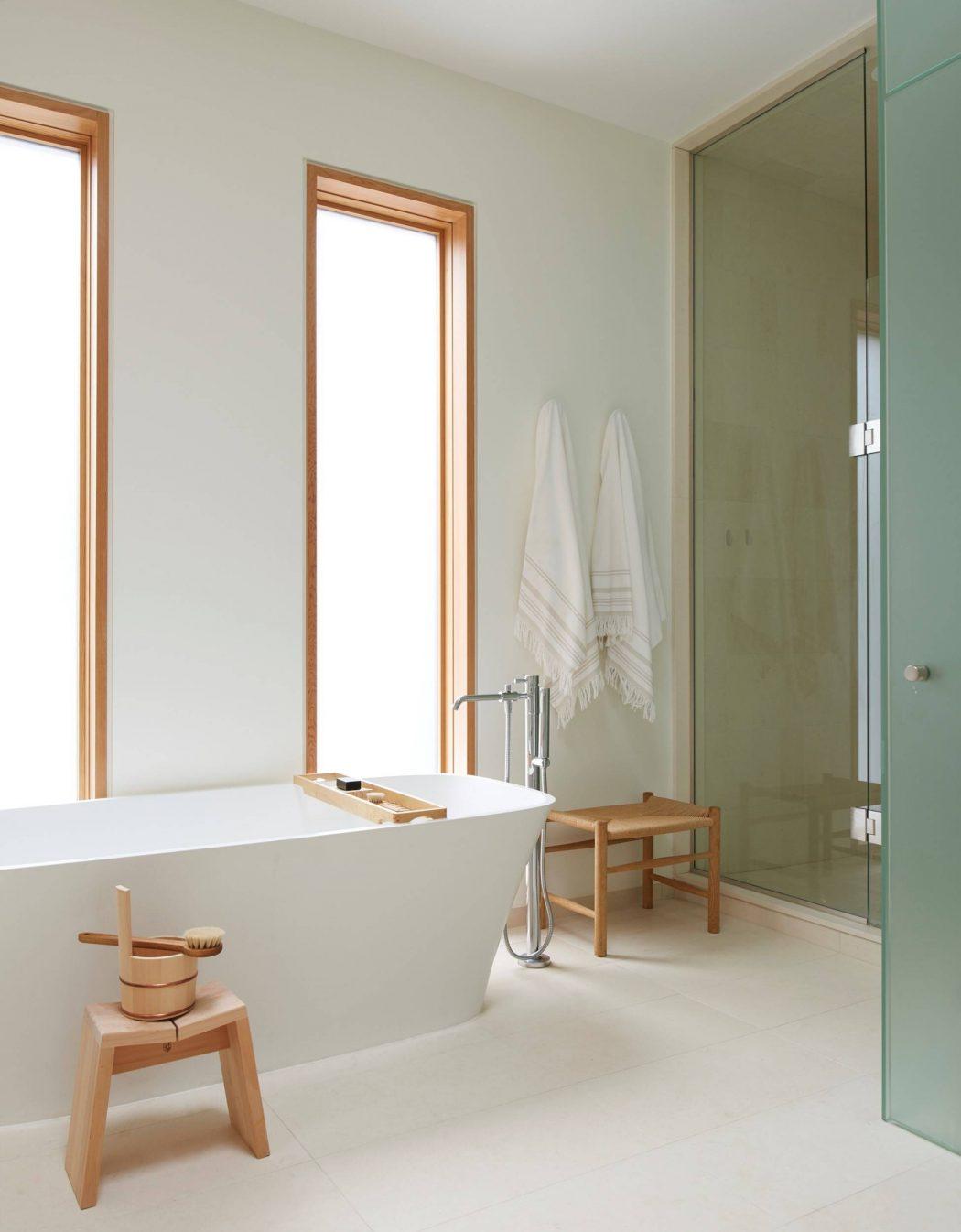 Mooie badkamer met hout en marmer