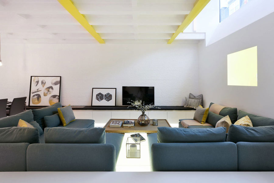 Mooie moderne woonkamer van een voormalige bandenwinkel