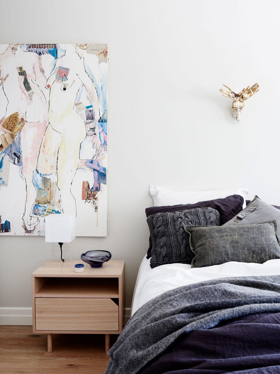 Mooie slaapkamer met erker zithoek en open inloopkast