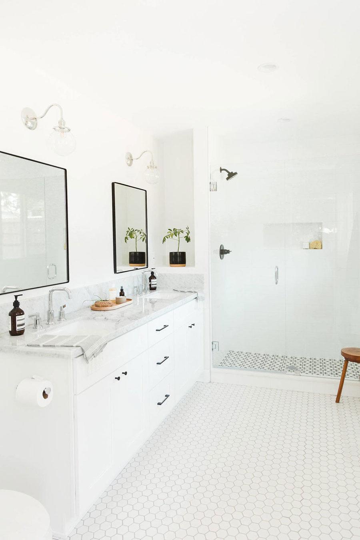 Mooie witte bungalow badkamer!