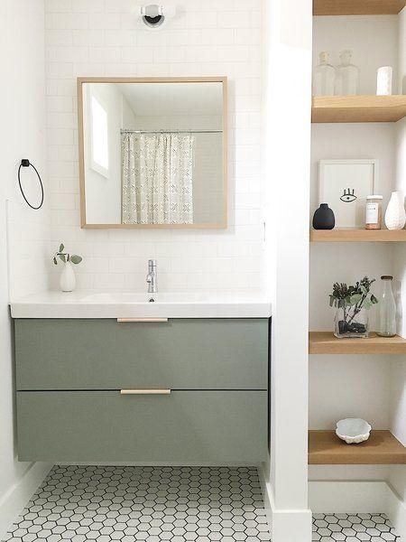 Open planken inbouw naast wastafel badkamer
