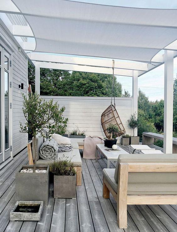 Overdekte loungeplek in de tuin