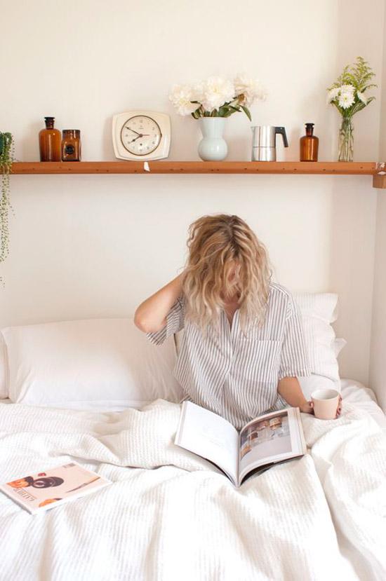 plank boven het bed wooninspiratie