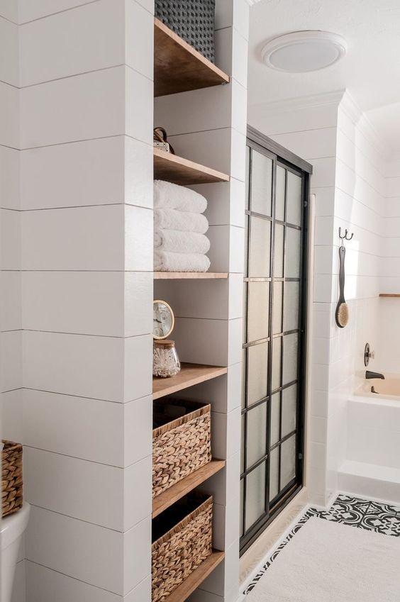 Planken opbergmanden badkamer