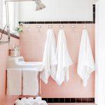 Roze badkamer tegels