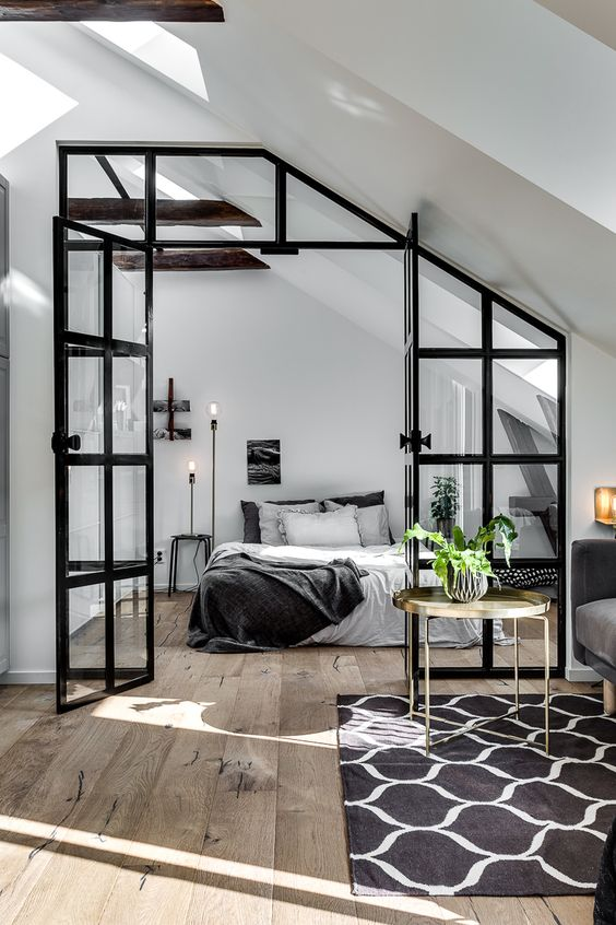Slaapkamer met glazen wand en stalen kozijnen