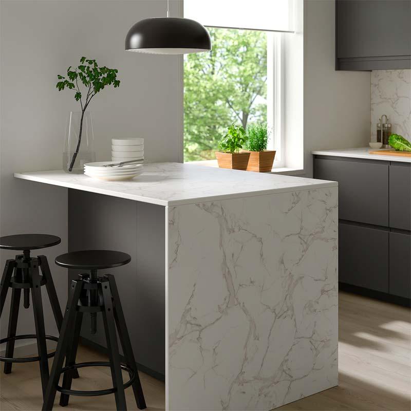 Het mooie SKARARP keramiek werkblad van IKEA heeft een marmeren look