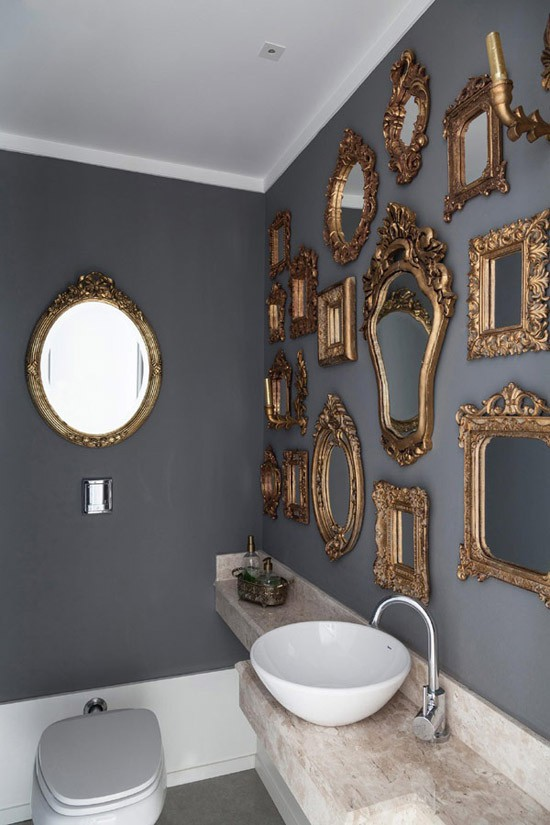 Spiegels aan de wand