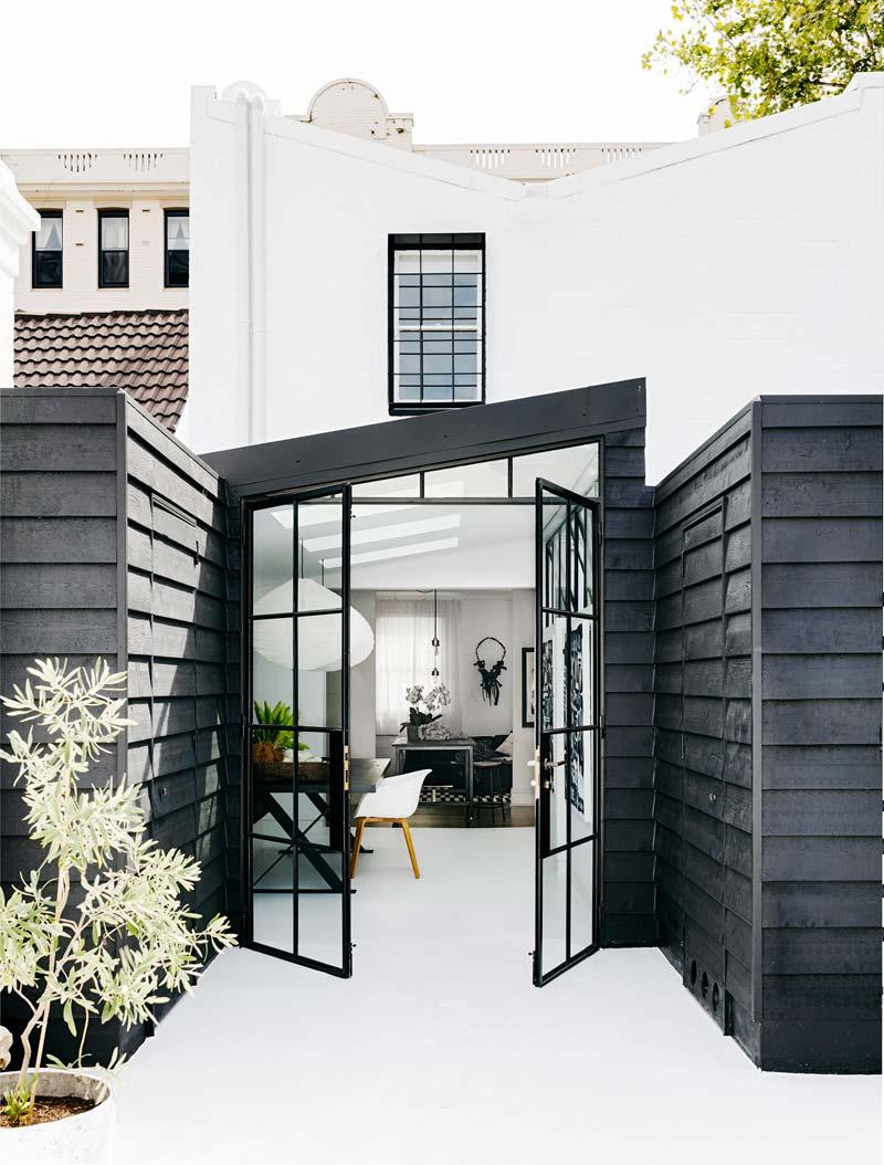 uitbouw potdekselen zwarte houten planken