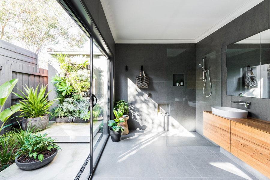 Vanuit deze mooie badkamer heb je toegang tot een intieme tuin
