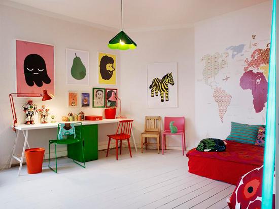 Kinderkamer met vrolijke kleuren
