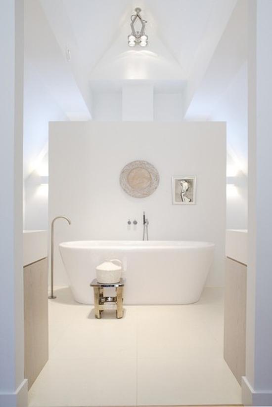 ... badkamer. Witte aanslag op vloertegels badkamer. Witte voeg badkamer