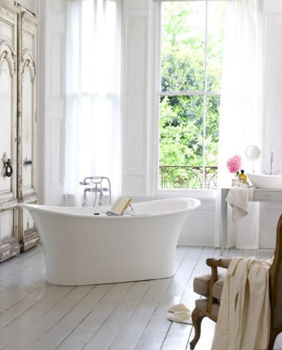Een witte badkamerinrichting