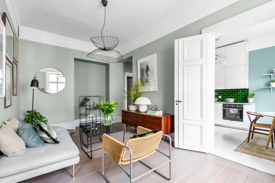 Leuke Accessoires Woonkamer : Woonkamer met mintgroene muren in een klein appartement