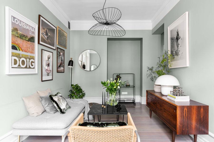 Woonkamer met olijfgroene muren in een klein appartement