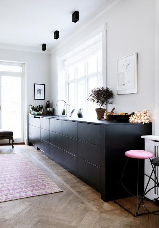 Zwarte moderne keuken wooninspiratie - Zwarte houten keuken ...