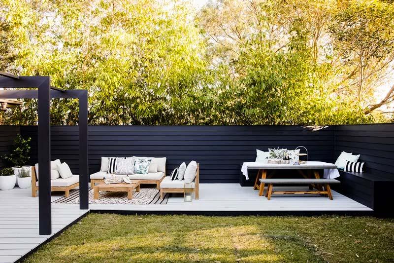 zwarte potdekselen schutting tuin