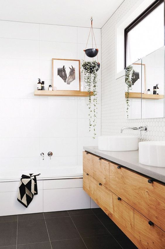 Zwevende wandplank boven bad badkamer